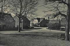 Blick über Dorfplatz zum Gasthof